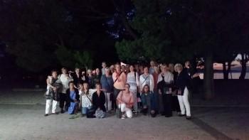 Hela gänget samlat på väg mot middag i Markarskas gamla stad